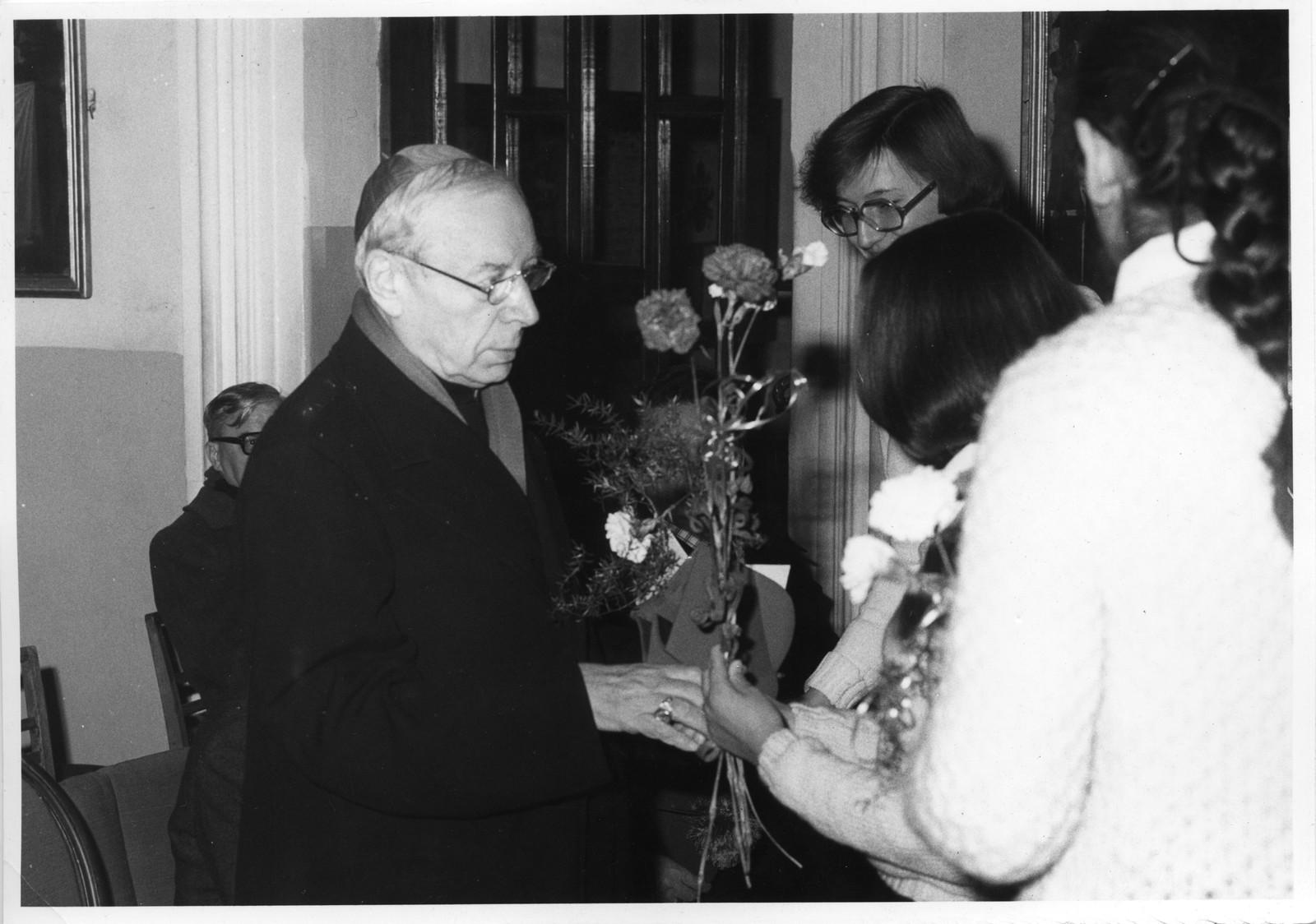 Studenci ATK wręczają kwiaty Prymasowi Polski