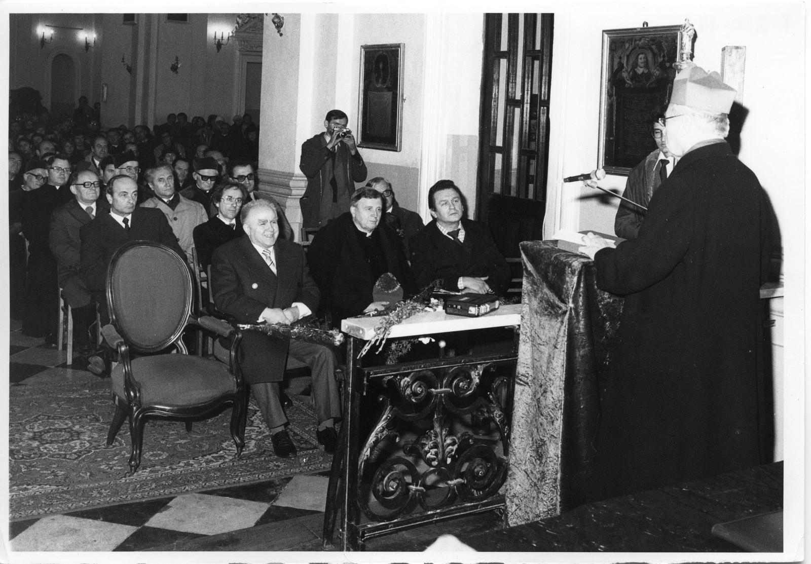 Kardynał Stefan Wyszyński przemawia podczas sesji inauguracyjnej roku akademickiego
