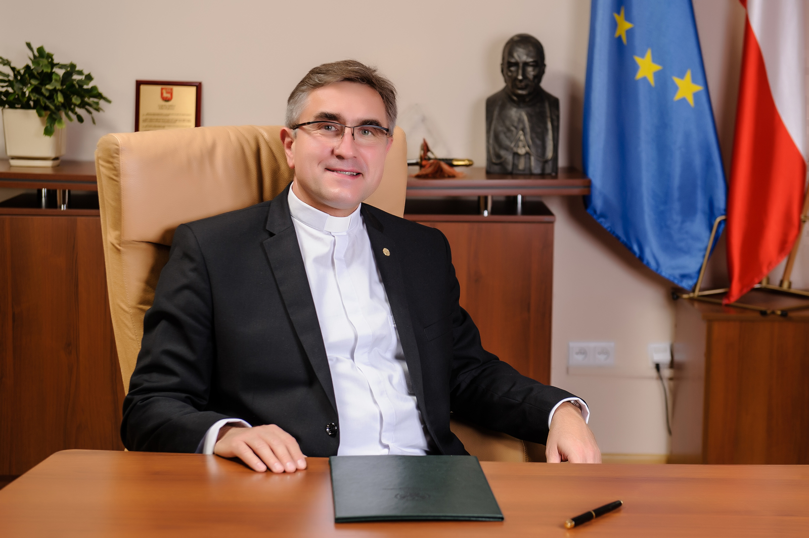 Rektor UKSW ks. prof. Stanisław Dziekoński w swoim gabinecie